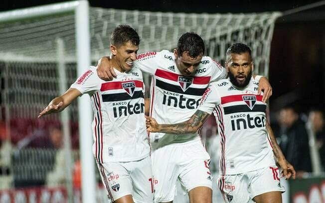Vitor Bueno%2C Pablo e Daniel Alves comemoram um dos gols do São Paulo sobre o Água Santa