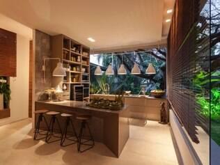 Descontraída. No projeto assinado por Luís Fábio de Araújo os armários deram lugar a uma estante modular