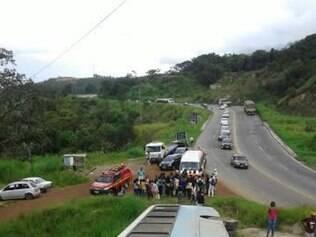 Ônibus tombou na BR-381, próximo ao Trevo de Caeté