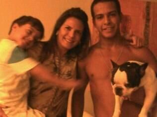 Andrea com o filho João Bernardo no colo e Elias, morto após acidente de carro no Rio