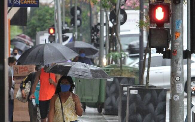 Fim de semana começa com previsão de tempo nublado e chuvoso