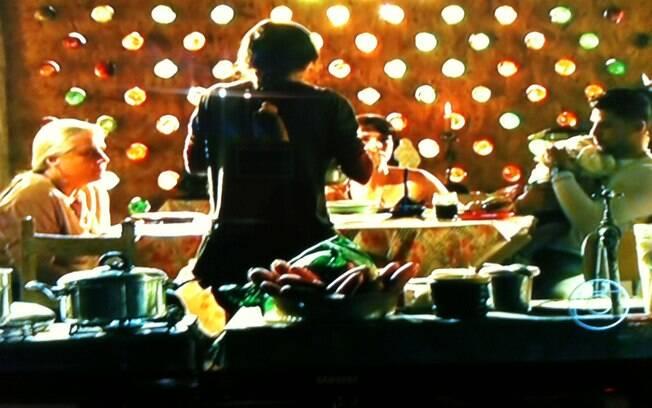 Carminha prepara uma refeição para agradar a visita: 'Espero que ...