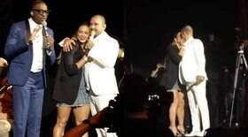 Paolla Oliveira beija Diogo Nogueira durante show