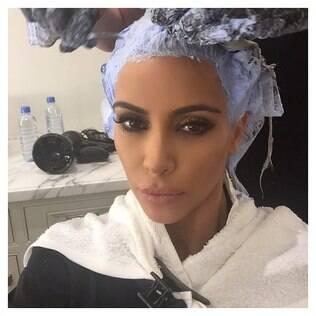 Kim Kardashian retoca o loiro platinado