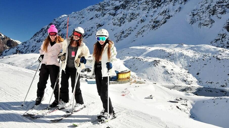 Turistas se divertem em estação de esqui em Portillo, no Chile