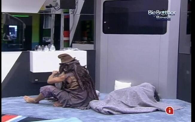 Kelly e Fael dormem na sala durante a desmontagem da Festa Réveillon