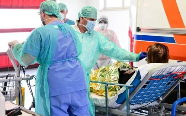 Funcionários médicos tratam de um paciente no hospital Brescia Poliambulanza, na Lombardia, a província mais atingida durante a primeira onda da pandemia