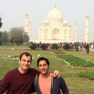 Maulik Pancholy (à dir.) com o noivo no Taja Mahal