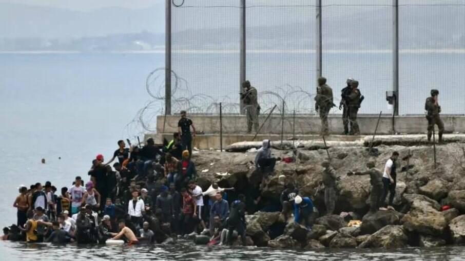 Imigrantes encontrando local em que a força militar se instaurou