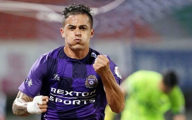 Atacante brasileiro comemora gol pelo Anyang