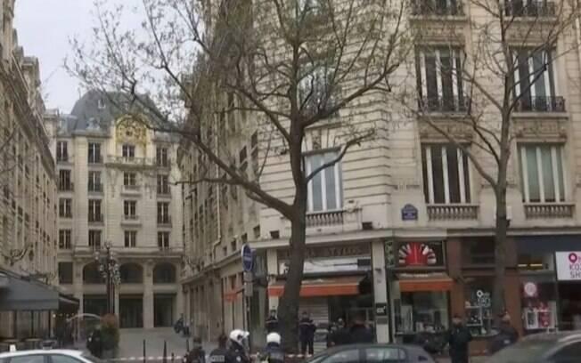 Entorno do edifício foi cercado e a polícia da França esteve no local para conferir se existia ou não uma ameaça real