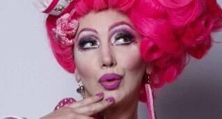 """Misture talento, simpatia, irreverência, criatividade, mais  uma pitada de humor ácido. Coloque tudo no forno e você terá, após 40 minutos de maquiagem, magia e transformação, uma das figuras mais inusitadas do circuito show drag woman: Paulette Pink!  Nascida em Taquaritinga, interior de São Paulo, iniciou a carreira enlouquecendo os  homens em uma campanha ao estilo pin-up versão drag-car em cartazes de borracharia  em 1991, toda no rosa, com 1,80 de  altura. O tema era exija sempre  peças  genuínas, nunca se deixe enganar.  Foi jurada do Gugu, deu dicas de como conquistar um homem no Faustão, atuou em filmes, campanhas  contra a  violência no trânsito e foi assistente de palco por dois anos de  Daniela Cicareli, dando selinhos nos príncipes do """"Beija-Sapo"""", da MTV. Ainda viirou a fofoqueira do programa de Adriane Galisteu, na Band,fez centenas de telegramas animados ,participações em eventos, festas de incentivos de marketing, campanhas de diversas marcas e cedeu seu corpinho nas passarelas da Zoomp.  Descobriu que se parecia com a cantora Cher e resolveu imitá-la,rendendo um contrato no Pulverfass, na Alemanha e provocando até a curiosidade da atriz em conhecê-la.   Paulette é uma receita diferente de drag queen e vai provocar suspiros muitos sorrisos em sua vida."""