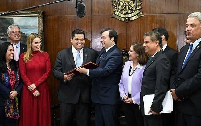 Rodrigo Maia entrega projeto da reforma da Previdência para o presidente do Senado Davi Alcolumbre: mudanças diminuíram economia