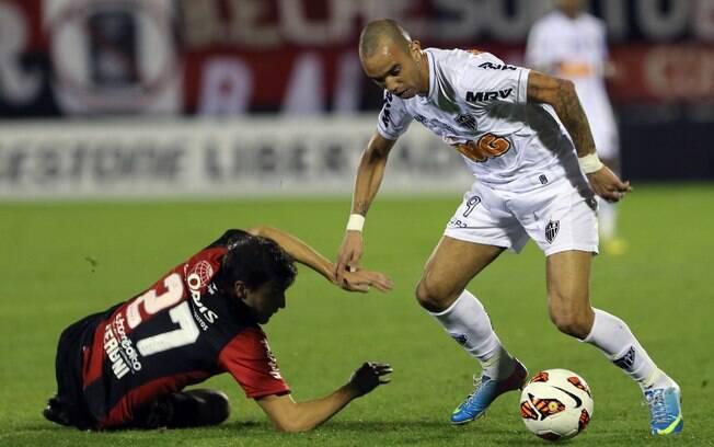 Diego Tardelli passa por Santiago Vergini e  deixa marcador no chão