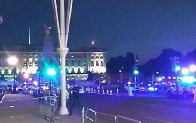 Dois policiais ficaram feridos depois do ataque próximo ao Palácio de Buckingham, em Londres; agressor foi detido