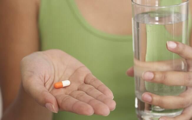 'Além de  ajudar na dissolução do fármaco, facilita a passagem pelo esôfago, evitando que o  medicamento fique entalado na garganta'