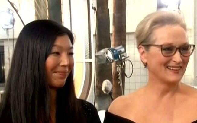 Meryl Streep acompanhada de Ai- Jen Poo, diretora da organização que defende os interesses dos trabalhadores domésticos, no tapete vermelho do Globo de Ouro