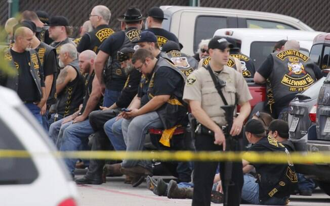 Delegado do condado de McLennan fica de guarda perto de um grupo de motociclistas no estacionamento de um restaurante no Texas