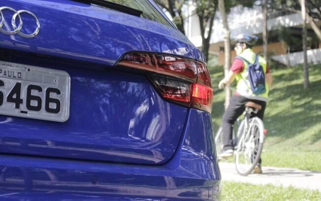 Audi RS4 Avant é para acelerar na pista e curtir o prazer de dirigir e a bike mostra ser prática no dia a dia