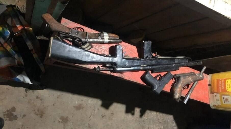 No local do crime, polícia apreendeu algumas armas de fogo