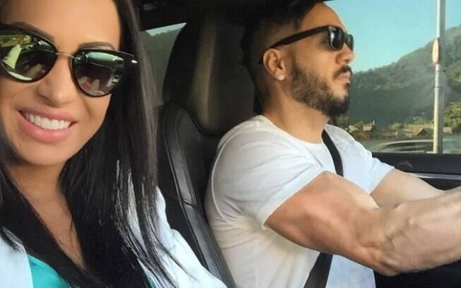 Após problemas financeiros, o cantor deu um carro de presente para a amada de nada mais, nada menos que R$ 200 mil