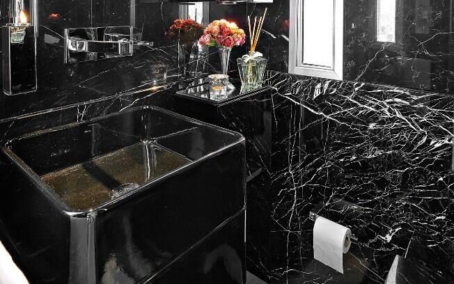 O banheiro da cantora Paula Fernandes, projetado pela arquiteta Gislene, esbanja elegância com as cores preta e branca