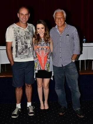 Grávida de quatro meses, Sandy posa com os atores Marat Descartes e Antonio Fagundes