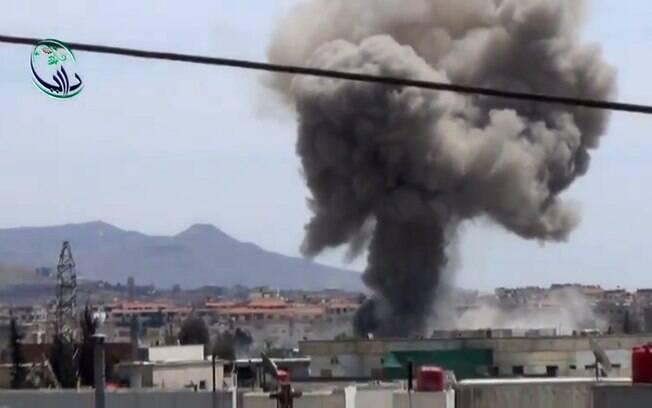 Reprodução de vídeo mostra bombardeio em Daraya, Síria (25/04)
