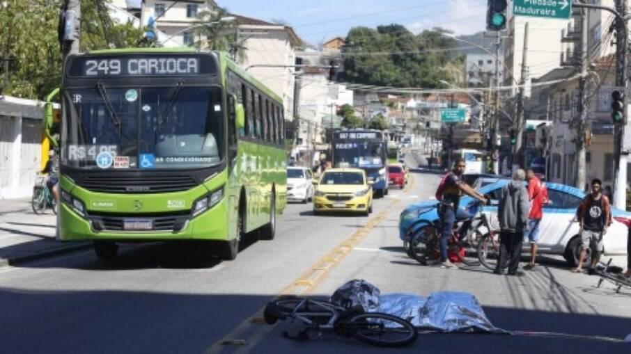 Ciclista foi atropelado por ônibus e morreu a caminho do trabalho no Rio