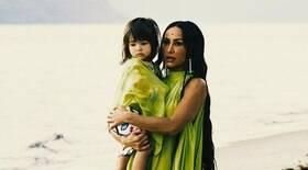Sabrina Sato curte com a filha em praia de
