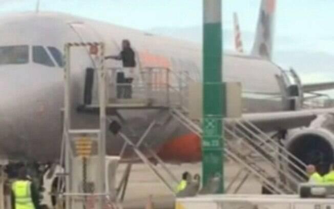 Homem de 57 anos invadiu pista de decolagem e tentou abrir a porta do avião para que pudesse embarcar para Adelaide
