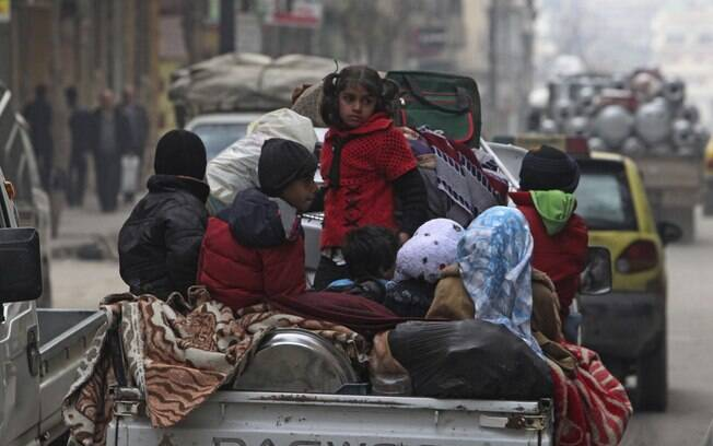 Crianças sírias viajam em caminhonete em Aleppo (02/01)