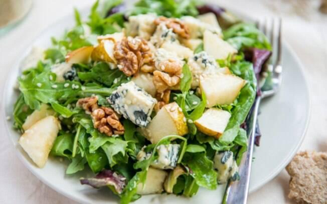 salada de folhas verdes e pera