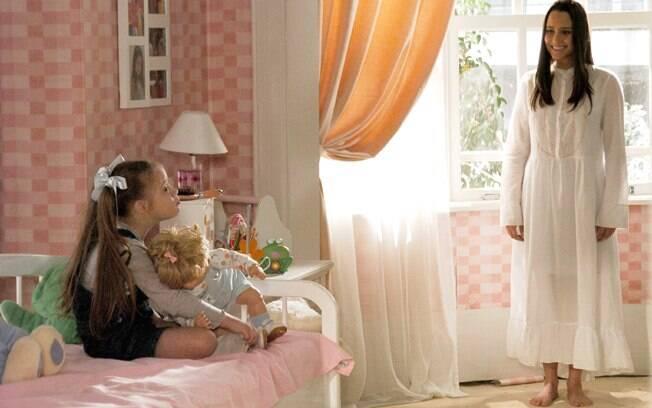 Nanda (Fernanda Vasconcellos) aparece para a filha Clara (Joana Mocarzel) em
