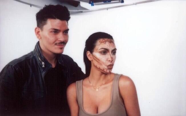 Nessa foto que Kim Kardashian aparece com as marcas do contorno, ela posa ao lado de seu maquiador favorito, Mario
