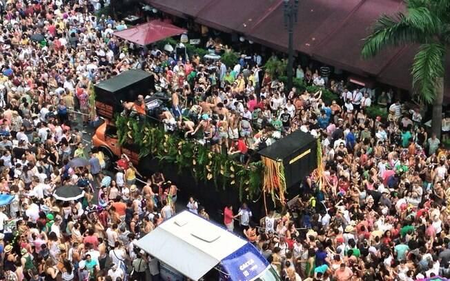 Concentração em torno de trio elétrico na esquina das avenidas Ipiranga e São João, neste sábado