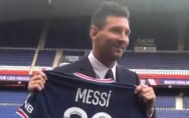 Messi posa com camisa 30 do PSG