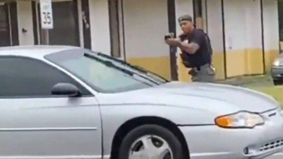 Policial mata mulher, após a jovem atirar nele