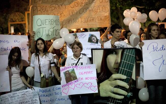 Pessoas carregam cartazes em caminhada de protesto (28/01)