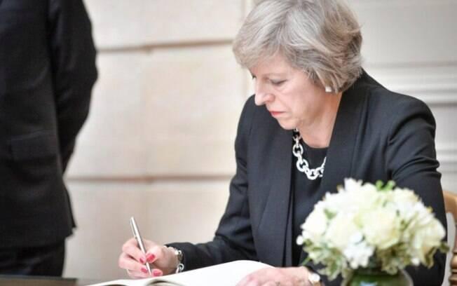 Theresa May deve ativar o Artigo 50 do Tratado de Lisboa nesta data; processo deve demorar dois anos