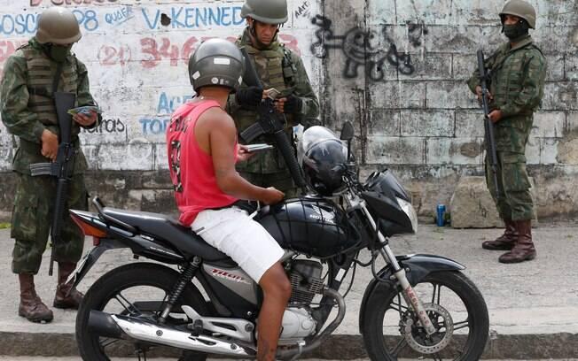 Forças Armadas durante operação na Vila Kennedy, no Rio de Janeiro; ações têm sido recorrentes na região