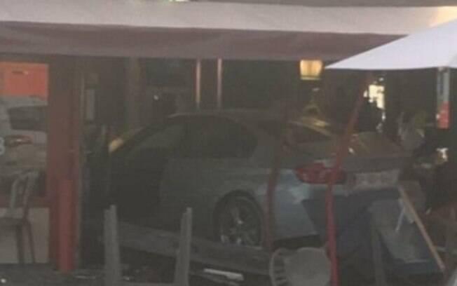 Motorista teria jogado o carro contra a pizzaria de forma deliberada, segundo polícia de Paris