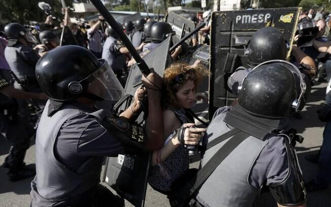 Confronto entre manifestantes e a Tropa de Choque, na zona leste de São Paulo, no dia da abertura da Copa: um dos poucos protestos que chamaram a atenção durante o Mundial