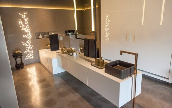 O ambiente tem uma sala de banho com closet e um pequeno espaço para o home office - tudo integrado