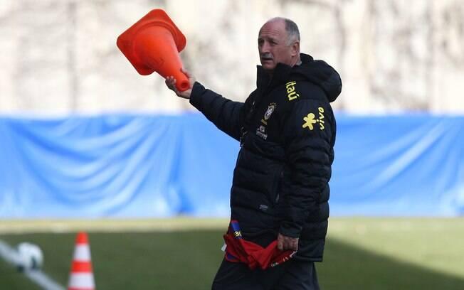 Felipão arruma cones no gramado para treino  da seleção brasileira em Genebra, na Suíça