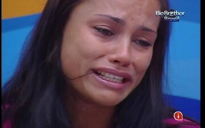 Kelly chora e se desespera ao ouvir acusações de Fabiana
