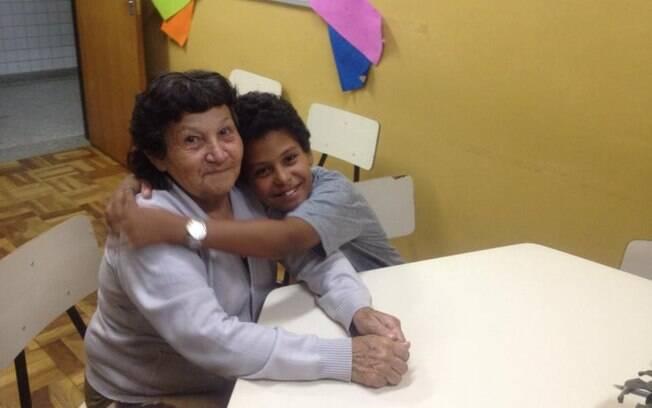 O garoto Felipe dos Santos, de apenas 10 anos, incentivou a avó Maria das Mercês, 66, a estudar