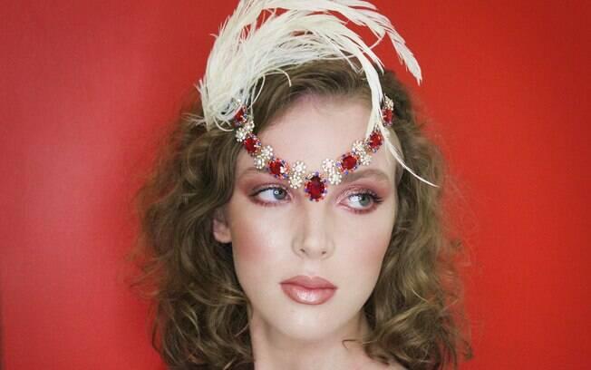A maquiagem feita por Sergio Roberto se inspirou no estilo cabaré parisiense e usou iluminador da paleta Mac cosmetics Hyper real Glow e sombra rosa