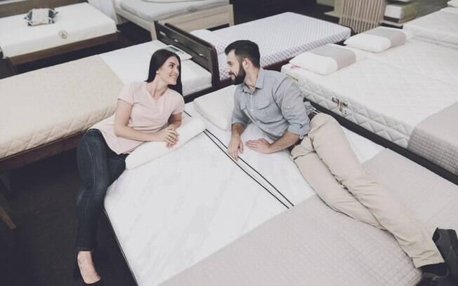Ao saber como escolher um colchão, deite no item e verifique se ele atende suas necessidades para dormir com conforto