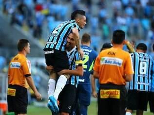 No primeiro gol do tricolor, o lateral Pará avançou pela direita e cruzou com perfeição para Barcos, que escorou no contrapé do goleiro